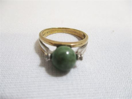 10-KT. GOLD RING WITH GREEN STONE