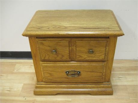 BROYHILL FURNITURE NIGHTSTAND