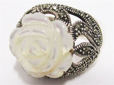 SIZE 9 STERLING SILVER RING WITH MARCASITE AND DECORATIVE FLOWER