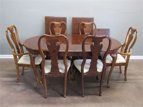 Nice Dining Table and 6 Chairs with 2 Leaves and Table Pads