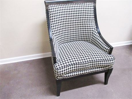 HOUNDSTOOTH SWOOP ACCENT CHAIR