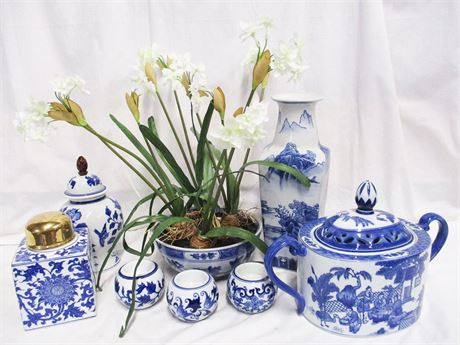LOT OF BLUE AND WHITE DECORATIVE ACCESSORIES