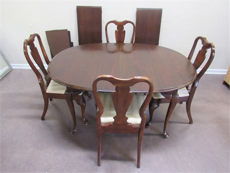 VINTAGE CHIPPENDALE STYLE DINING TABLE WITH 4 CHAIRS, 2 LEAVES AND PADS
