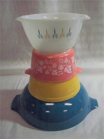 VINTAGE PYREX AND FIRE KING BOWLS - 4 BOWLS