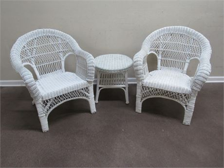 2 WHITE WICKER CHAIRS AND A ROUND SIDE TABLE
