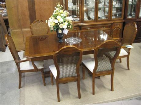 THOMASVILLE FURNITURE DINING TABLE AND 6 CHAIRS