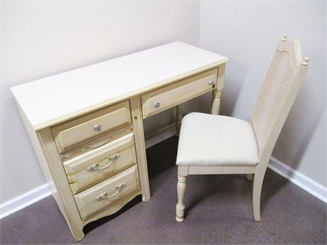 BEAUTIFUL BROYHILL DESK AND CHAIR