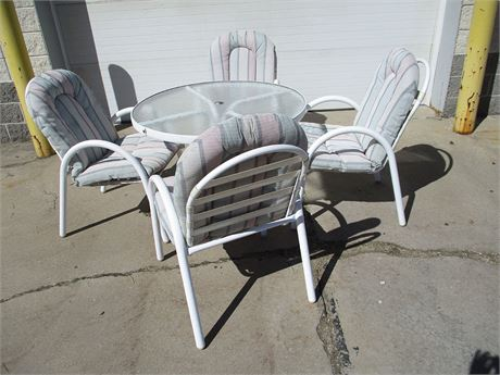 LOT OF OUTDOOR TABLE WITH 4 CHAIRS