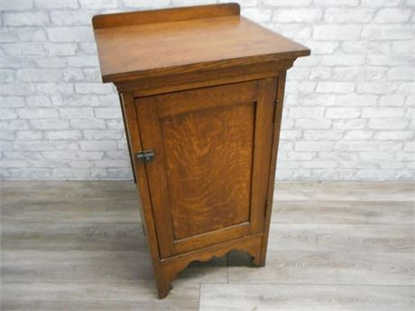 GREAT LOOKING VINTAGE QUARTER SAWN OAK CABINET