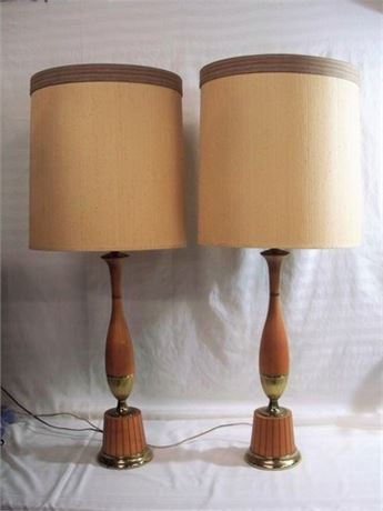 2 VINTAGE MID CENTURY LAMPS WITH SHADES