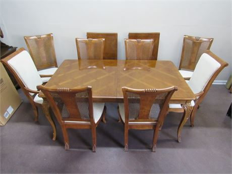 BEAUTIFUL THOMASVILLE DINING TABLE WITH 8 CHAIRS, LEAVES AND PADS