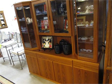 CONTEMPORARY-STYLE LIGHTED HUTCH