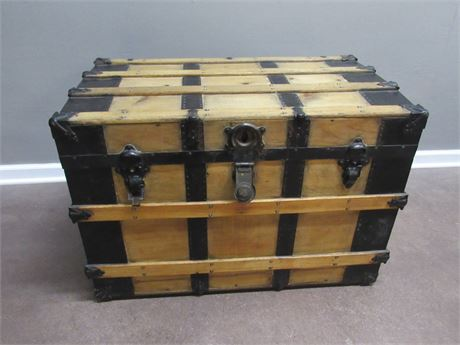 GREAT LOOKING VINTAGE STEAMER TRUNK