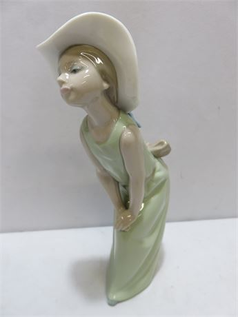 LLADRO #5009 Curious Girl With Straw Hat