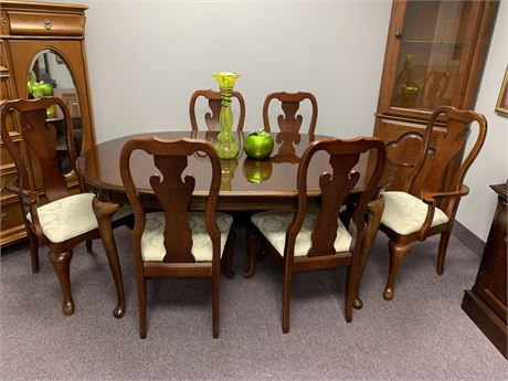 Queen Anne, Thomasville Dining Table with Chairs