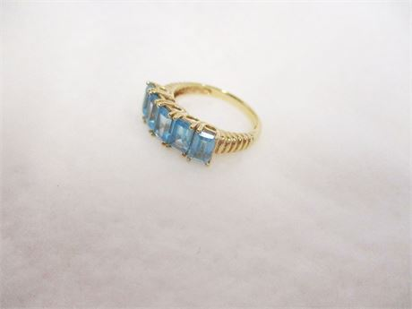 10K GOLD AND BLUE TOPAZ RING - SIZE 7