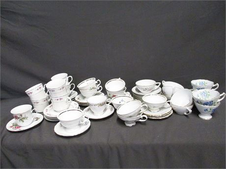 """LOT OF CHINA CUPS AND SAUCERS FEATURING FINE CHINA OF JAPAN """"GOLDEN ROSE"""""""