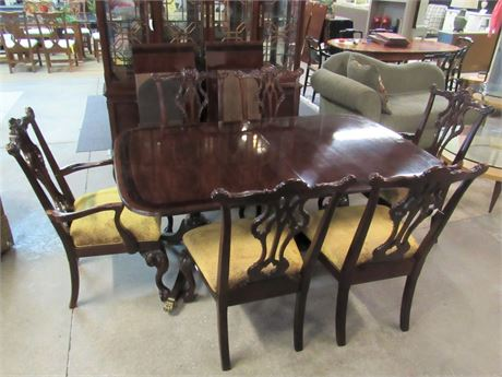 Thomasville Mahogany Chippendale Style Dining Table with 6 Chairs and 2 Leaves