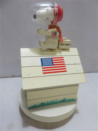 """1969 Snoopy Astronaut """"Fly Me To The Moon"""" Wooden Music Box"""
