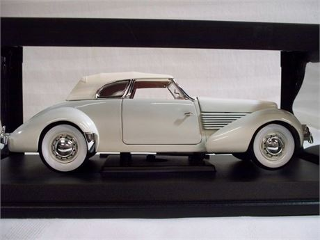 SIGNATURE MODELS 1:18 SCALE DIECAST - 1937 CORD 810 CONVERTIBLE COUPE WITH BOX