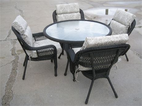 NICE SYNTHETIC WICKER PATIO TABLE AND 4 CHAIRS WITH CUSHIONS AND THROW PILLOWS