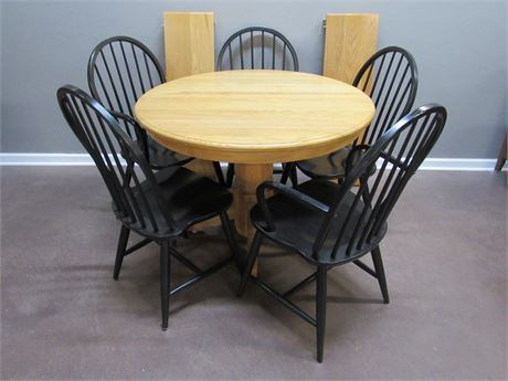 OAK PEDESTAL DINETTE TABLE WITH 5 BLACK WINDSOR STYLE CHAIRS AND 2 LEAVES