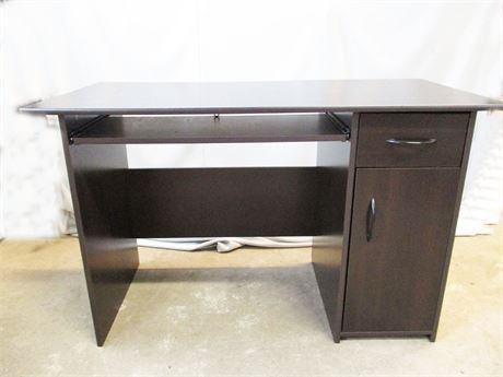 PERFECTLY-SIZED DESK
