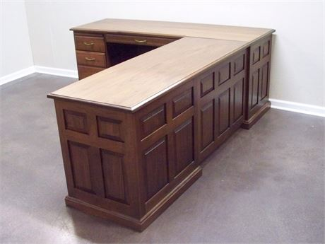 BEAUTIFUL L-SHAPED DESK