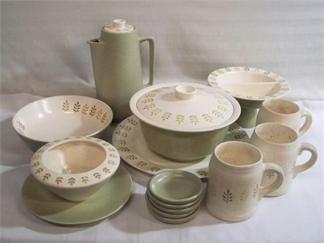 MID CENTURY METLOX POPPYTRAIL PEPPER TREE DINNERWARE/SERVING PIECES 14 PIECE LOT