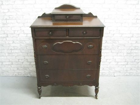VINTAGE CHEST OF DRAWERS ON CASTERS