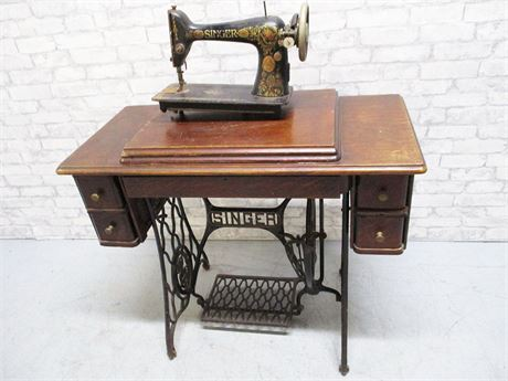 VINTAGE SINGER SEWING MACHINE WITH CABINET - SERIAL #G7173123