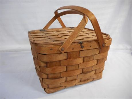 VINTAGE WOVEN PICNIC BASKET WITH PIE TRAY/SHELF