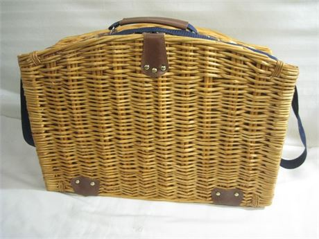 WICKER PICNIC BASKET FOR TWO