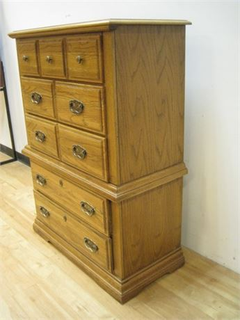 BROYHILL FURNITURE CHEST OF DRAWERS