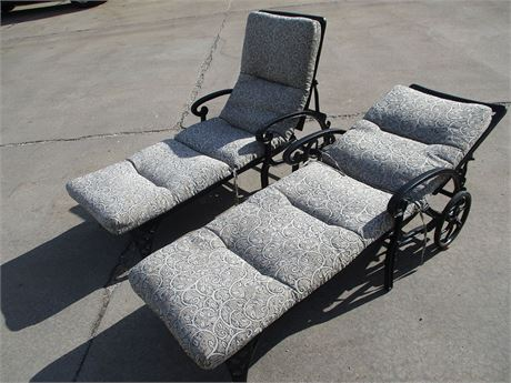 LOT OF TWO OUTDOOR LOUNGE CHAIRS