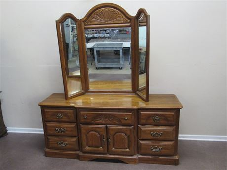 SUMTER CABINET CO. DRESSER WITH TRI-FOLD MIRROR