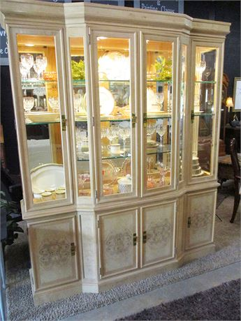 EXCELLENT DREXEL HERITAGE LIGHTED CORINTHIAN HUTCH