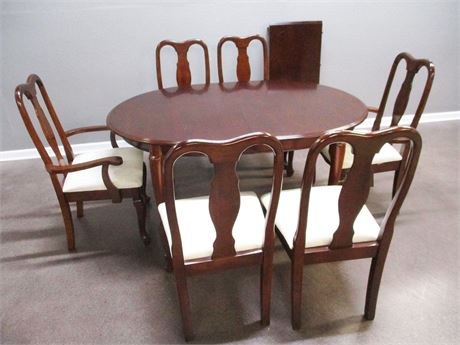 LOVELY QUEEN ANNE DINING SET