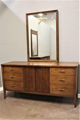 Broyhill, Saga Mid Century Low Dresser with Mirror