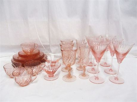 LOT OF VINTAGE PINK GLASSWARE FEATURING ARCOROC