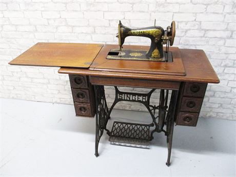 ANTIQUE 1910 SINGER TREADLE SEWING MACHINE IN 7-DRAWER CABINET