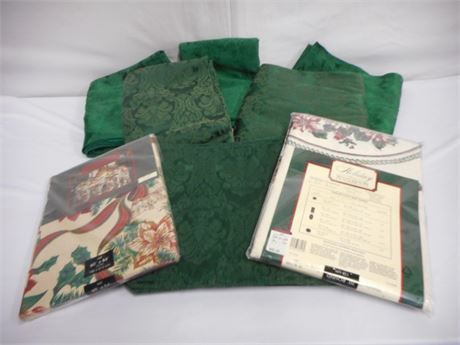 CHRISTMAS TABLE LINEN LOT - 8 PIECES