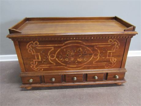 VINTAGE CEDAR CHEST WITH BEAUTIFUL FLORAL INLAY FRONT