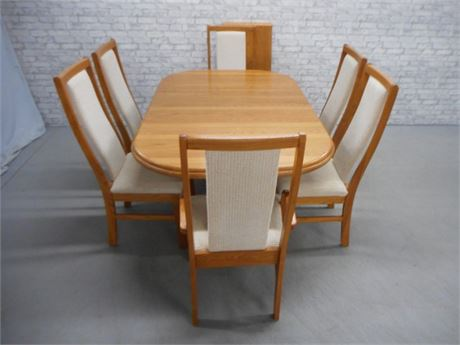 BROYHILL DINING TABLE AND 6 CHAIRS