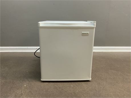 MAGIC CHEF Mini Fridge