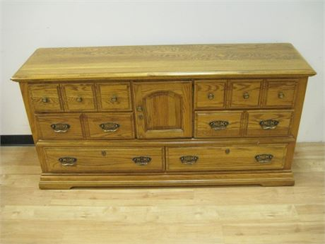 BROYHILL FURNITURE DRESSER