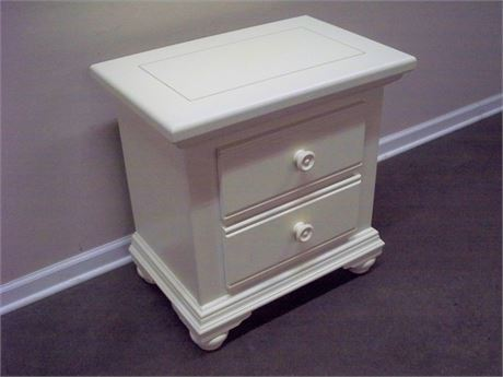 BROYHILL WHITE NIGHTSTAND