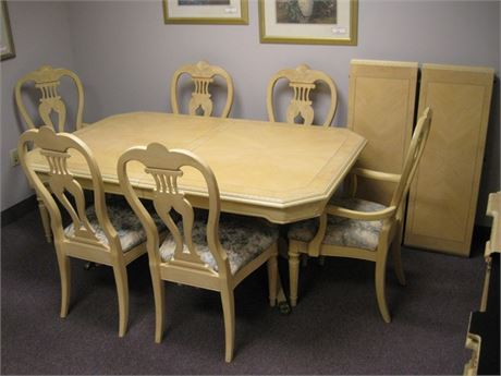 BEAUTIFUL UNIVERSAL FURNITURE DINING TABLE AND 6 CHAIRS