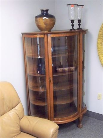 BEAUTIFUL ANTIQUE BOW FRONT/CURVED GLASS TIGER OAK CURIO/DISPLAY CABINET