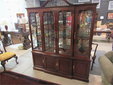 Gorgeous Thomasville Mahogany Chippendale Style China Hutch